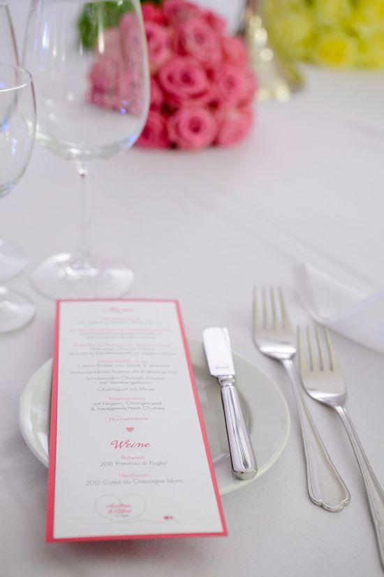 """Menuekarte zur Hochzeit in DIN Lang, mit Herz, in Pink Grün und dem Motto """"Gemeinsame Reise durchs Leben"""",  ©passion4paper, www.die-edle-karte.de, Foto: ©Blende11 Fotografen"""