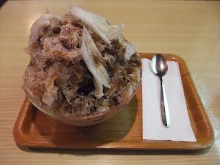 Black honey kintoki shaved ice at Gyokuen in Kyoto. Technology to cut the ice like a cloud has been lost.