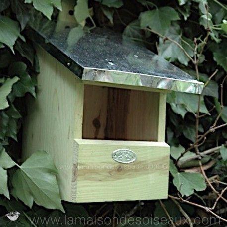 Nichoir en pin sylvestre et toit en zinc. Conseillé pour les rouge-gorges. bergeronnettes. grives ou gobe-mouche. Dimensions: 24 x 19x H 33 cm. 14,65€