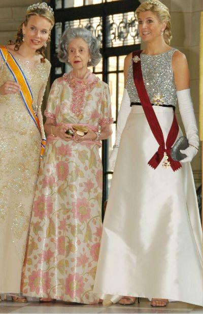 Koningin Maxima in een prachtige helder witte japon met zilverkleurige top.