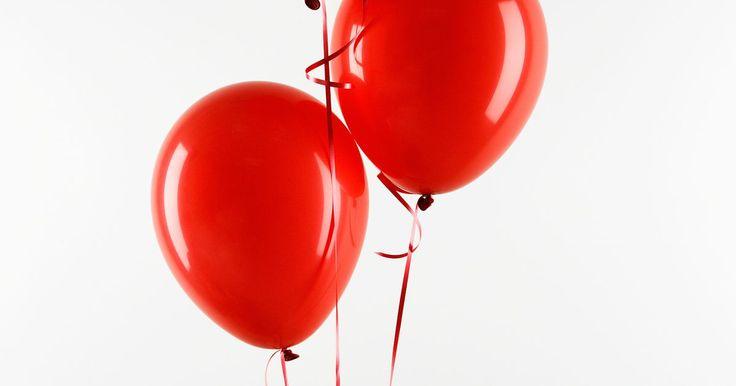 """Como imprimir em um balão. Imprimir palavras ou figuras em balões é possível com uma impressora de telas e métodos de """"offset"""". Ambas requerem o uso de equipamento especializado. Entretanto, se você planeja imprimir um simples desenho em alguns balões, você pode simular o método de impressão de tela usando folhas grossas de papel cartão e um aerógrafo para balões de látex ..."""