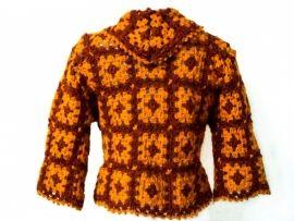 Handgemaakt vest van haakwerk uit de jaren `70.Kleur: rood/oranje.Maat: M/L/XL.Lengte: 45 cm.