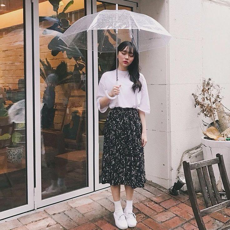 ヴィンテージ花柄プリーツロングスカート ロングな丈感で着心地いい上、体型カバー効果まで抜群のプリーツスカート。 ヴィンテージなパターンがこなれたオシャレを演出してくれます☆ ゴムウエストのロング丈スカートはノンストレスな穿き心地が特長です。 フェミニンなロングスカートはOffのファッションにおススメです。 #dejou #koreafashion #ootd #daliy #style #shopping #cute  #selfie #nihon #日本  #ファッション #コーデ #韓国ファッション #今日のコーデ