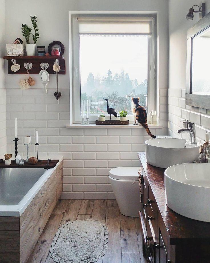 Auch im Badezimmer dürfen schöne Deko-Accessoires nicht fehlen. Ein absolutes Must-have für das perfekte Bad: Kerzenschein. Der Kerzenhalter Darla üasst perfekt in diese romantisch rustikale Wohlfühloase! // Badezimmer Ideen Badewanne Kerzen Holz Deko #BadezimmerIdeen @igielkowa