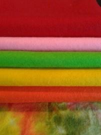 Dag 76 De combinatie sprookjesvilt en wolvilt geeft soms de mooiste combinatie's. Deze combinatie is sprookjesvilt in de kleur Appel samen met de wolvilt kleuren rood, roze, licht groen, geel en oranje.   Hulp nodig bij het vinden van mooie combinatie's? We helpen je graag verder. Kijk voor lapjes Sprookjesvilt http://www.bijviltenzo.nl/c-880017/sprookjesvilt/ Kijk voor lapjes wolvilt http://www.bijviltenzo.nl/c-1467156/wolvilt/