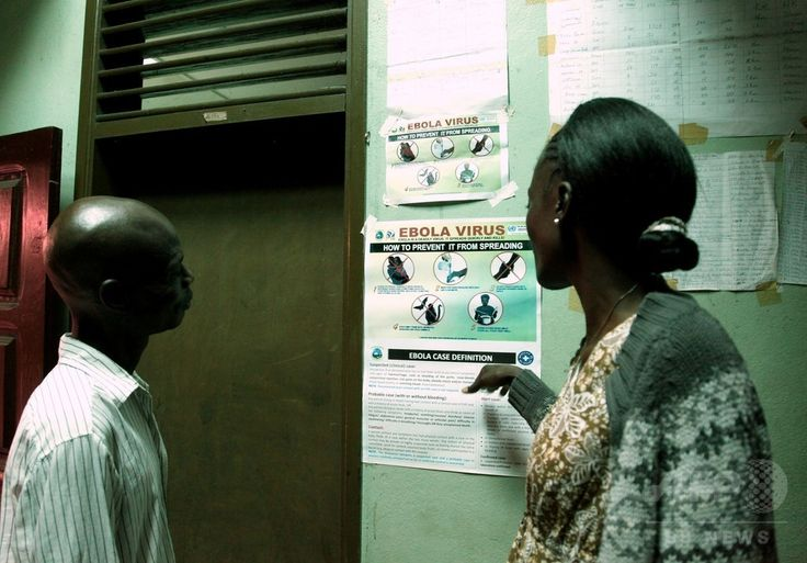 リベリアの首都モンロビア(Monrovia)の保健センターの壁に貼られたエボラ出血熱についての情報ポスターを読む人たち(2014年7月31日撮影)。(c)AFP ▼1Aug2014AFP 米、エボラ出血熱流行国への渡航自粛を勧告 http://www.afpbb.com/articles/-/3022041 #Monrovia