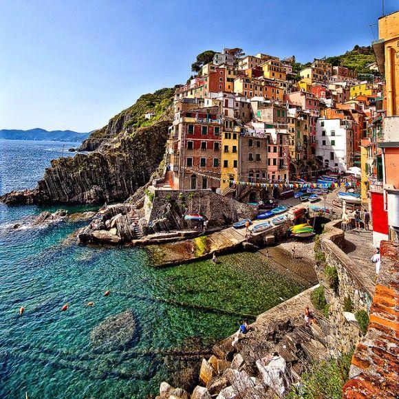 イタリア北西、ジェノバの少し南に建つカラフルな街、チンクエ・テッレのリオマッジョーレ村。世界遺産。