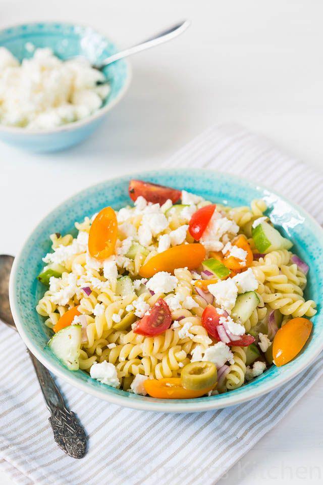 Deze griekse pasta salade is een beetje Griekenland en een beetje zonneschijn in je eigen keukentje... ;)