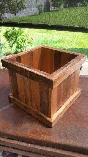 Cachepot com madeira de palets diversos tamanhos. Acabamento em verniz. Encomende o seu em www.facebook.com/banquinho.e.cia