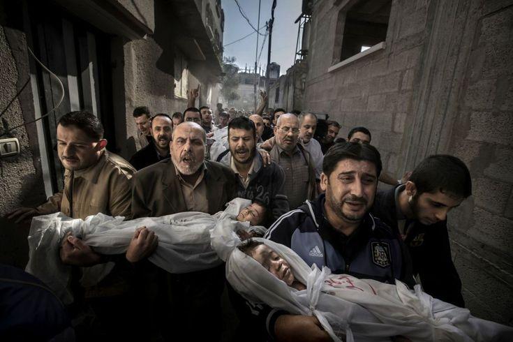 Imagen del fotógrafo Paul Hansen ganadora del premio World Press Photo of the Year 2012. En la fotografía aparecen Suhaib Hijazi, de 2 años, y su hermano Muhammad, de 3 años, que murieron al impactar un misil contra su casa durante un ataque aéreo israelí. Su padre Fouad también murió y su madre acabó en cuidados intensivos. Gaza, Territorios Palestinos, el 20 de noviembre de 2012