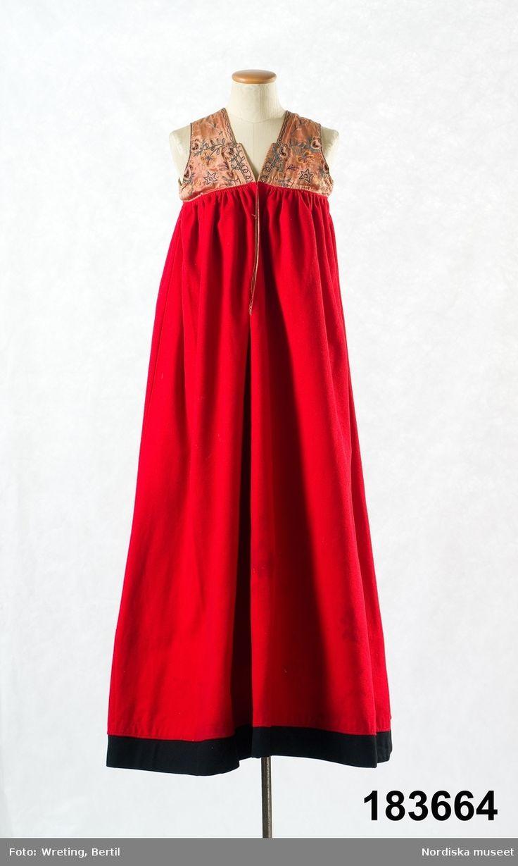 Livkjol med kjol av rött kläde i 2 våder med infällda kilar nedtill i sidömmarna. Österåker.