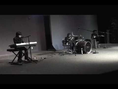 Los hijos de Emmanuel y Linda Espinosa tocando su primer canción en público en Diciembre 2009