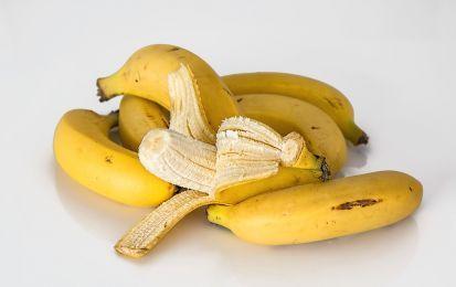 10 usi della buccia di banana che non conosci - Forse non conosci tutti gli usi della buccia di banana che possono essere utili, sfruttandone le proprietà e gli enzimi contenuti in essa.