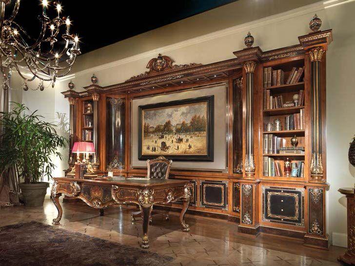 Шкаф в стиле ампир из натурального темного дерева в гостиной загородного дома в Испании.