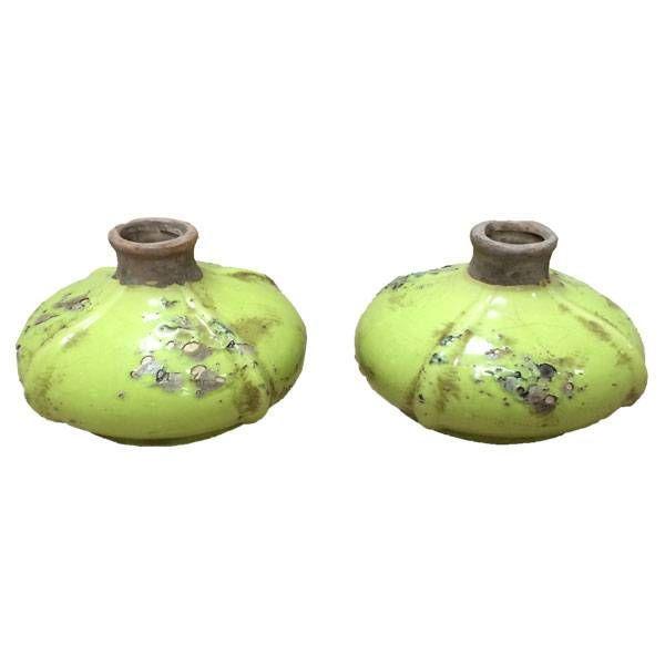 Twee erg leuke en vooral aparte keramiek vaasjes.De vaasjes hebben een plat model.Ze zijn een beetje lime-groen van kleur en hebben een leuke decoratieve uitstraling.