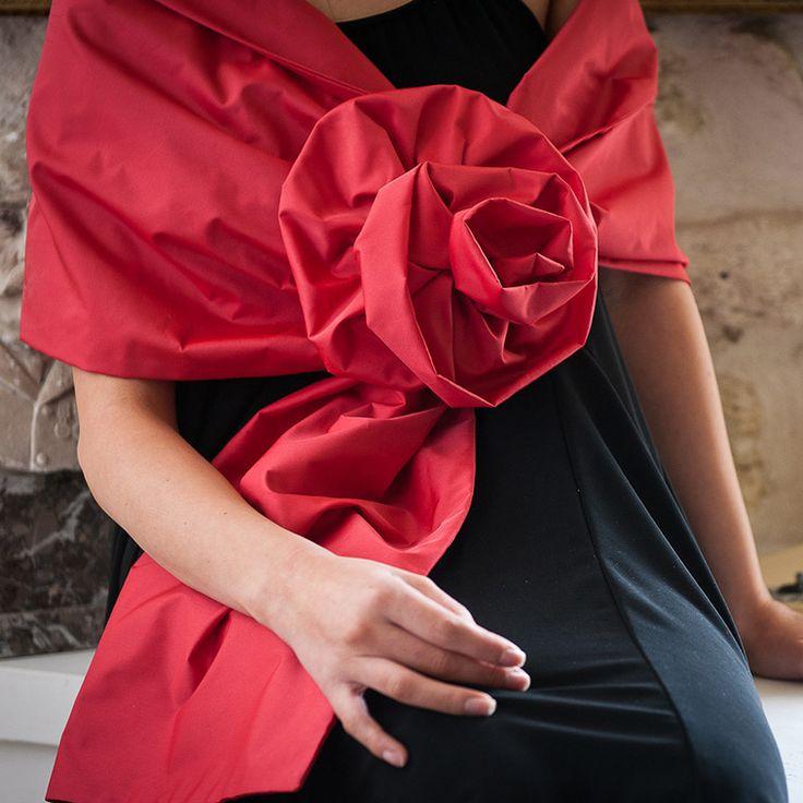 Stola in taffetà rosso con grande fiore realizzato a mano.