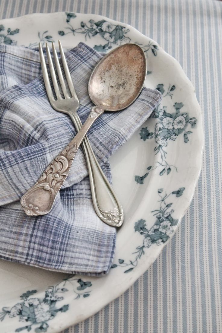 Love the plaid napkin and floral platter and subtle stripe tablecloth, just beautiful. <3
