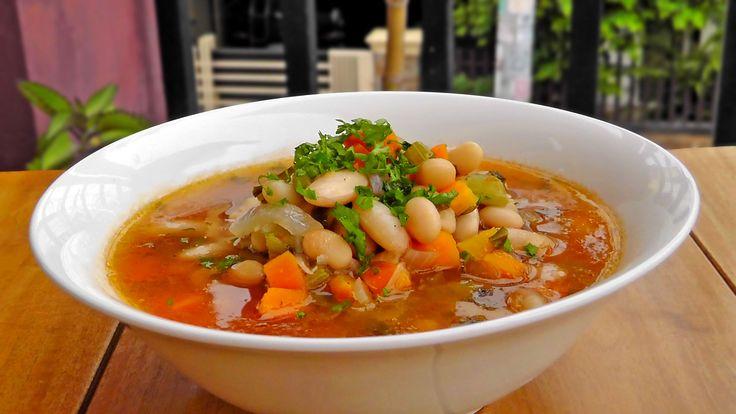 Fasolatha ist eines der Nationalgerichte Griechenlands. Ein schmackhafter Bohneneintopf mit weißen Bohnen, Karotten und Sellerie. Er wird wird am besten mit etwas Fladenbrot serviert.