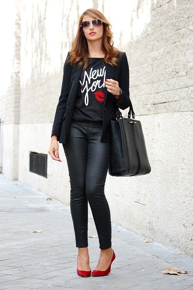 Si queréis ver más detalles sobre este #look solo tenéis que pinchar en el enlace http://www.elblogdesilvia.com/2014/10/Streetstyle-Total-Look-Black-Blogdemoda.html  #totalblack #totallook #fashionblogger #redshoes #christianlouboutin #redsolei #fashion #blazer #newyork #shoppingbag #blogdemoda #streetstyle #elblogdesilvia