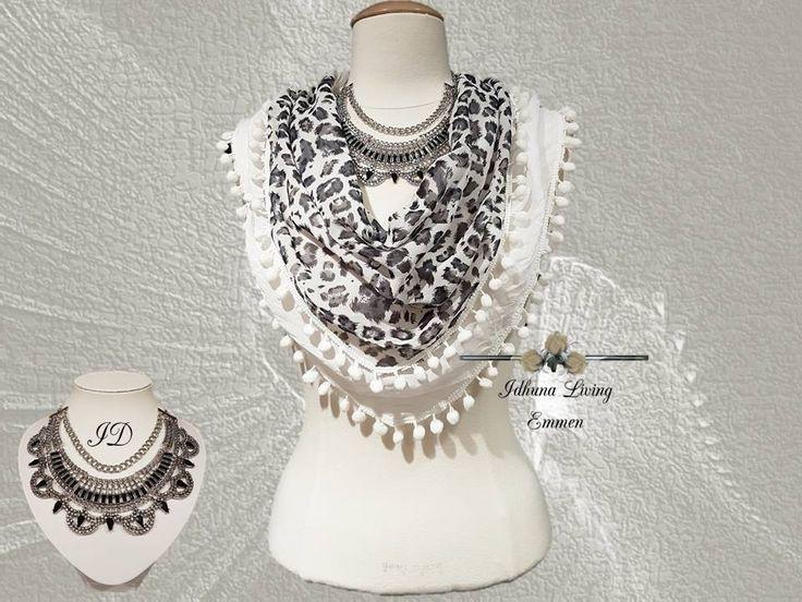 Korte halsketting dames. Zilver-zwart. Combi met zwart-witte 3 hoek sjaal