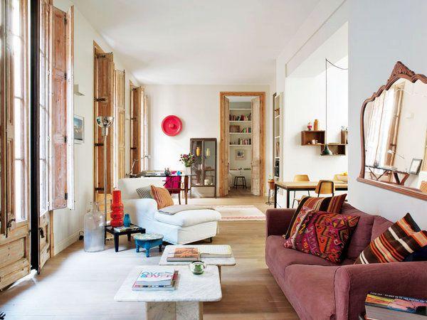 Cet appartement nous invite à la détente et à la relaxation. Les murs blancs parsemés de fenêtres...
