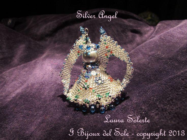 Ciondolo Silver Angel: modello vincitore del concorso della Preciosa Inspiration Natale 2013. Prezzo a partire da 50 euro; disponibile anche con perline placcate argento 925.