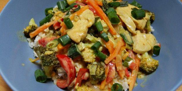 Skøn opskrift på kylling i karry med en masse dejlige grøntsager, som giver en forrygende smag til retten og indhylles i en lækker cremet karrysovs med kokosmælk.