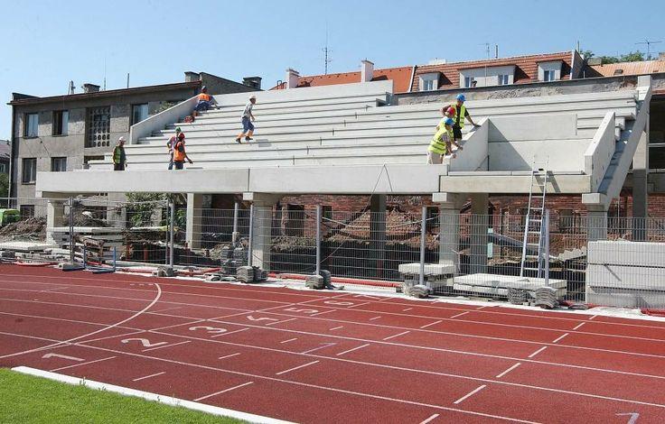 Na fotbalovém stadionu vyroste nová hlavní tribuna s prostory pro fotbalisty, VIP, krajní tribuny se sociálním zázemím pro diváky, provozní prostory, divácký sektor, nové pokladny, vnitřní a vnější oplocení, občerstvení a další vymoženosti.