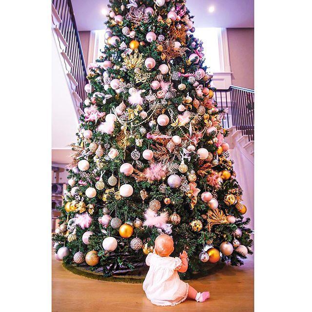 Aleksandra's First Christmas tree 🎄🎄🎄Друзья, дорогие мои! В преддверии праздников и детских каникул, я решила  сделать для вас подборку волшебных книг для совместного чтения с детками☺ Для нас - это особый ритуал! Читать Варюше я начала с рождения, а сейчас уже и не представляю наши вечера без сказок на ночь📔, к тому же, на Сашеньку сказки действуют, как колыбельная😴 Обзор всех любимых наших книг вы можете найти на моем сайте TatiVK.com! А здесь выложу самые, самые😉 ✔К.С. Льюис…