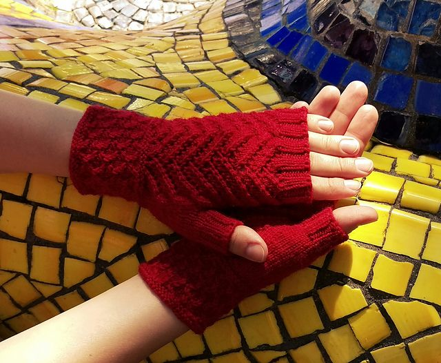 Many thanks foton1977 for sharing the beautiful picture with us!  Welcome to participate in HiyaHiya Christmas Tree Fingerless Mitts - Free & Fun KAL_ Jul/Aug2017_A at http://www.ravelry.com/discuss/hiyahiya-patterns-kal/3643796/1-25  Hiya Hiya Christmas Tree Mitts  Start date: 06/07/2017  Clue 1: 09/07/2017  Clue 2: 24/07/2017  Notes: needle 2.5 mm, yarn Alize Superwash  My Project Page: http://www.ravelry.com/projects/foton1977/christmas-tree-fingerless-mitts --- foton1977 (Ravelry Name)…