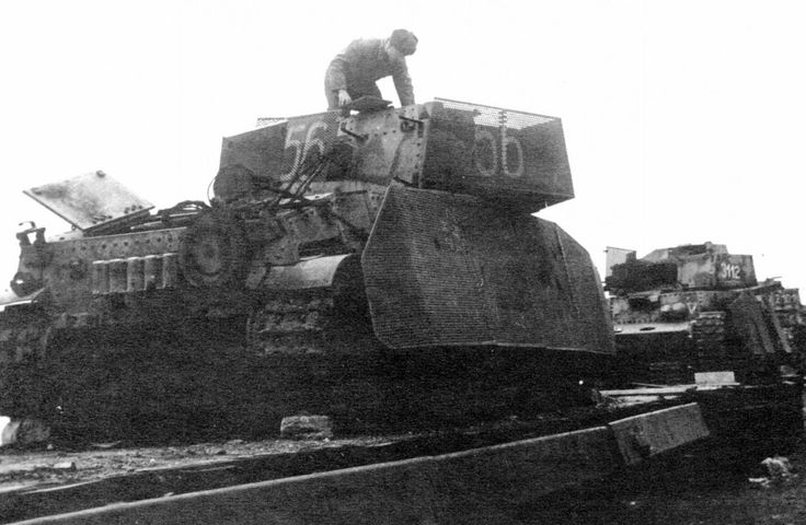 41.M Turán II (75 mm MÁVAG 41.M 75/25)  Banlieue de Budapest, février 1945 : ce train chargé de blindés hongrois est tombé aux mains des troupes soviétiques.