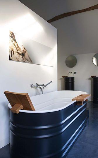 Une baignoire très choc pour cette salle de bains design.