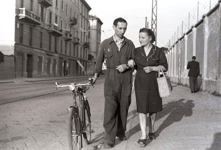 Operaio in tuta e bicicletta anni 50 Milano