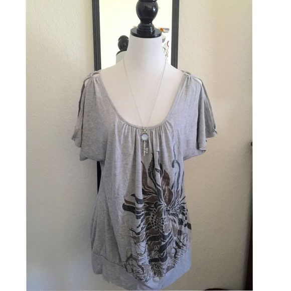 Woman's Grey  Batwing Top (XL) Cute grey woman's batwing top. Size XL stretchy material. Really cute with jeans or leggings. Soft material. Julie's closet brand.  Fast shipping  Check out my closet Bundle and save more. Thank you. Julies Closet Tops Tees - Short Sleeve