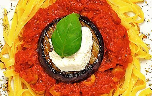 Kaunis pasta-annos oliivikastikkeella.
