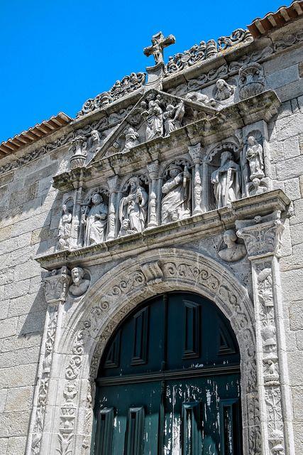 Portico Laterale dell'Igreja Matriz. Nella parte alta si possono notare i mezzi busti, mentre sotto vi sono gli apostoli.