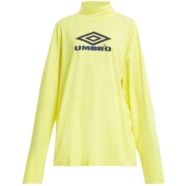 Vetements X Umbro long-sleeved cotton-jersey top (15.248.515 VND) ❤ liked on Polyvore featuring tops, yellow, yellow long sleeve top, drop-shoulder tops, logo top, long sleeve tops and oversized tops