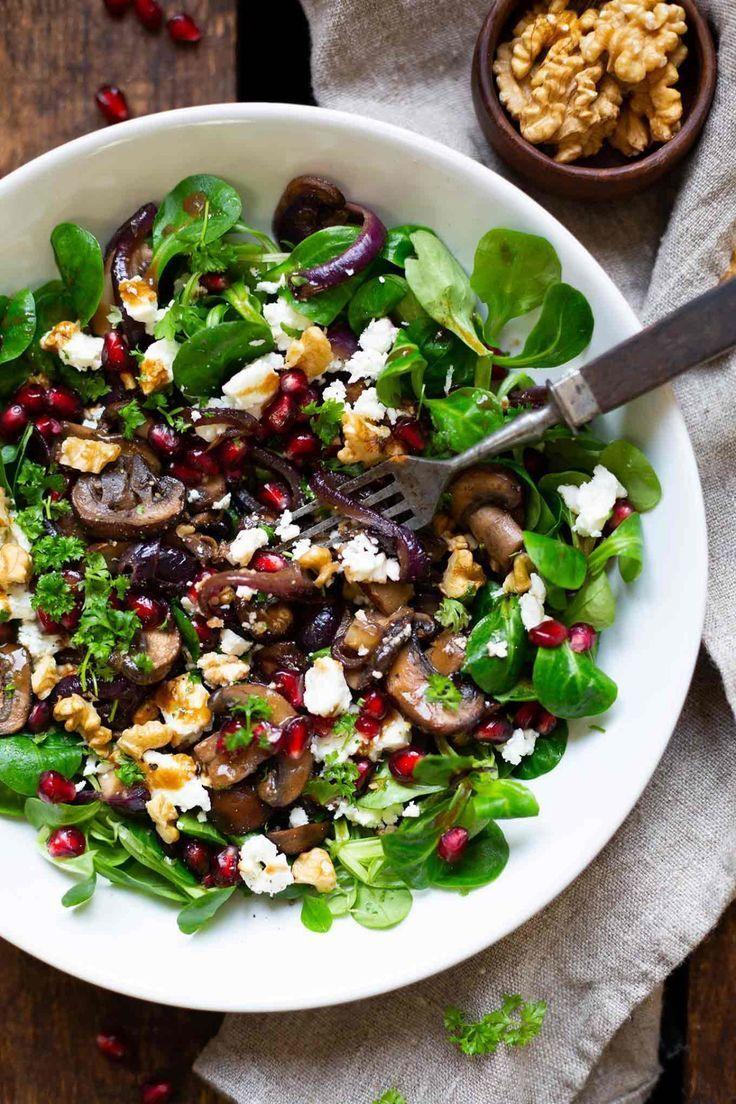 Feldsalat mit gebratenen Pilzen, Granatapfel, Feta und Walnüssen  – einfache & gesunde rezepte   cremeguides.com