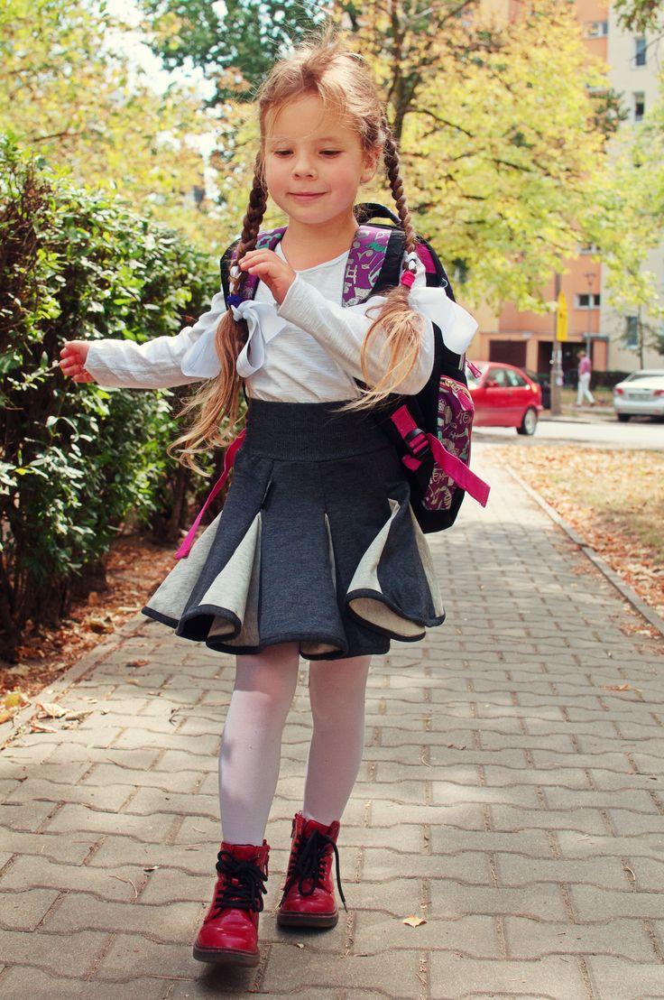 Codziennie z Hultajem <3 Również do szkoły ;-) Bluzka biała i lambadówka szaro-szara.