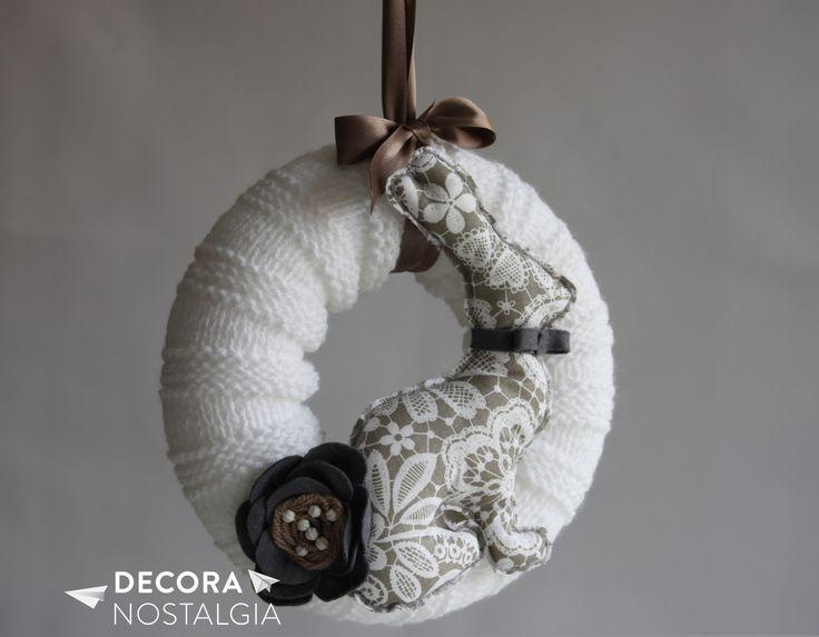 Věnec se zajícem - béžový Ručně pletený a ručně šitý závěsný věnec, ozdobený květinou.Použitelný kamkoliv do interiéru. Na dveře, na zeď, na lustr. Zajíc jako strážce domova. Průměr věnce: 22 cm