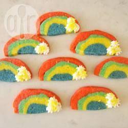 Biscoitinhos lindos feitos de várias cores, formando um arco-íris. Ideal para servir em uma festinha infantil.