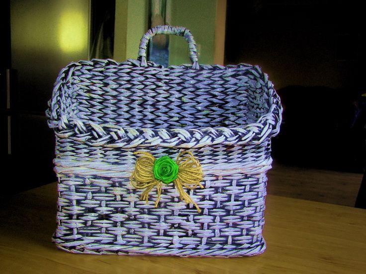 Košík na noviny Nabízím tento košík na časopisy nebo na noviny. Je lehký a velmi pevný, 2x lakovaný nezávadným lakem. Je možné uplést dle přání zákazníka i jiné barvy.