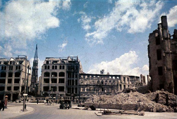 Blick über den zerstörten Spittelmarkt zur Ruine der Petrikirche (1960-64 abgerissen) © Stadtmuseum Berlin   Foto: Cecil F.S. Newman