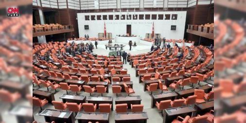 Son Dakika Mecliste kadın milletvekilleri kavga etti : Ankara Bağımsız Milletvekili Aylin Nazlıaka TBMM Genel Kurulunda anayasa değişikliği teklifinin ikinci tur görüşmeleri yapılırken kendisini Meclis kürsüsünde mikrofona kelepçeledi. Nazlıaka eylemini sonlandırmayınca gerginlik yükseldi. Nazlıakayaya müdahale etmek isteyen AK Partili kadın milletvekilleri ile HDPli kadın vekiller arasında tekme tokat kavga yaşandı.  #Türkiye   #kadın #kavga #milletvekilleri #Nazlıaka #Meclis