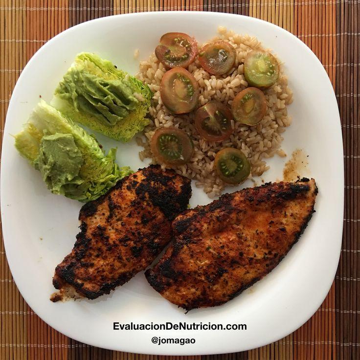 Almuerzo de hoy: pechuga de pollo al tomate provenzal, lechuga con guacamole y tomate, y arroz integral.  EvaluacionDeNutricion.com