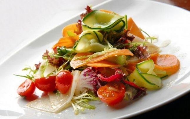 Câteva trucuri utile recomandate de nutriţionistul american Brian Wansink te pot ajuta să renunţi la prostul obicei de a mânca peste măsură