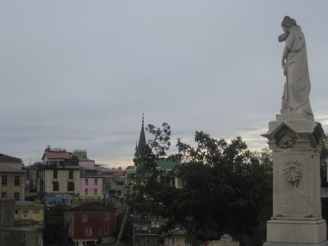 """Cementerio Disidentes, Valparaíso. Chile. naugurado en 1823, un año después que su vecino el Cementerio nº1. En 1825, el municipio vendió a su Majestad Británica un terreno de una hectárea, lo que permitió fundar un cementerio que los católicos dieron por llamar de """"disidentes"""", ello en alusión a las diferencias religiosas con los colonos ingleses de la época. http://cementeriosdelmundo.foroactivo.com/t17-cementerios-n1-y-de-disidentes-historias-del-valparaiso"""