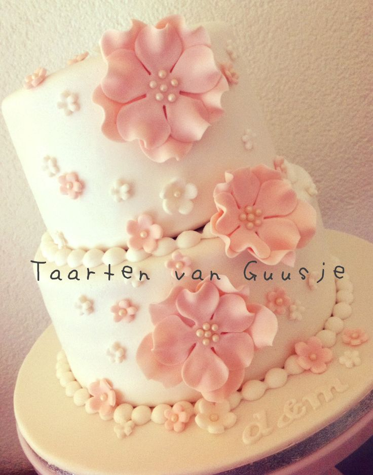 Www.taartenvanguusje.nl Weddingcake with pink flowers.