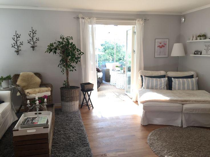 Vardagsrum och utgång till vårt uterum. Känns som rummen flyter ihop. Mina två favoritrum i huset.