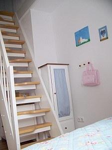 steile Treppe ins Dachgeschoss im Kinderzimmer